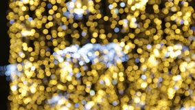 Fondo abstracto brillante borroso de los días de fiesta Calle por completo de la luz adornada para la celebración de la Navidad y almacen de metraje de vídeo