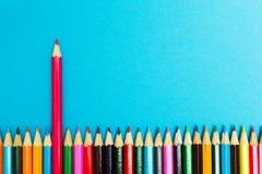 Fondo abstracto brillante de l?pices multicolores en un fondo azul, visi?n superior Espacio para el texto foto de archivo libre de regalías