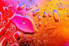 Fondo abstracto colorido El agua cae colores del arco iris sobre el vidrio El agua abstracta asombrosa cae en el textture o el fo Fotografía de archivo libre de regalías