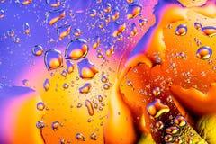 Fondo abstracto colorido El agua cae colores del arco iris sobre el vidrio Descensos abstractos asombrosos del agua en la textura Fotografía de archivo