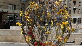 Fondo abstracto con las decoraciones florales de la calle hermosa almacen de metraje de vídeo