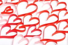 Fondo abstracto de contornos rojos de corazones en un blanco Imagen de archivo