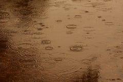 Fondo abstracto de la falta de definición de llover flujo abajo en el piso Fotografía de archivo libre de regalías
