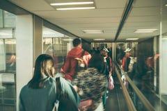 Fondo abstracto de la falta de definici?n Imagen borrosa del pasillo de la salida de la visita de la gente en aeropuerto fotos de archivo