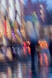 Fondo abstracto de la mujer borrosa con la muchacha debajo del paraguas, calle de la ciudad en lluvioso Falta de definición de mo Imagen de archivo