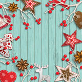 Fondo abstracto de la Navidad, ramas secas con las bayas rojas y pequeñas decoraciones diseñadas escandinavas que mienten en de m Fotos de archivo libres de regalías