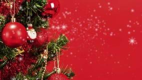 Fondo abstracto de la nieve con el detalle del árbol de navidad adornado almacen de video