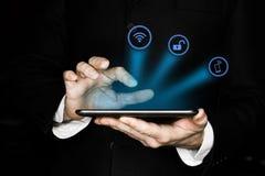 Fondo abstracto de la tecnología con la mano de la persona que toca el diagrama circular complejo en la pantalla virtual con el c fotos de archivo libres de regalías