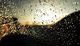 Fondo abstracto de las gotitas de agua sobre el vidrio del coche imágenes de archivo libres de regalías
