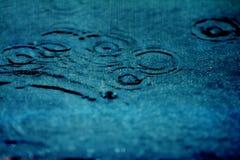 Fondo abstracto de llover flujo abajo en el piso negro Imagen de archivo