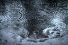 Fondo abstracto de llover flujo abajo en el piso negro Foto de archivo libre de regalías