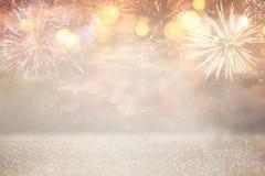 fondo abstracto del brillo del oro y de la plata con los fuegos artificiales Nochebuena, 4ta del concepto del día de fiesta de ju Fotos de archivo libres de regalías