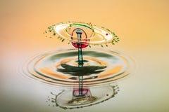Fondo abstracto del chapoteo del agua del color, colisión de descensos coloreados fotos de archivo