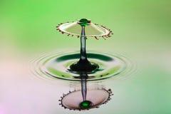 Fondo abstracto del chapoteo del agua del color, colisión de descensos coloreados, el arte del concepto foto de archivo