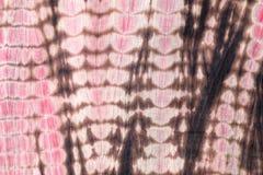 Fondo abstracto del paño rojo, negro, y rosado del teñido anudado Foto de archivo