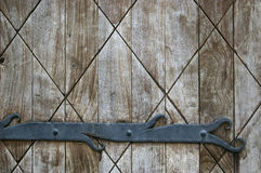 Fondo abstracto: fragmento de la puerta de madera vieja con la decoración Fotos de archivo libres de regalías