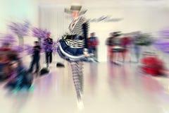 Fondo abstracto - modelo de moda en prolongación del andén - enfoque radial azul Fotografía de archivo libre de regalías