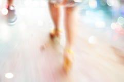 Fondo abstracto, mujer en paseo de la calle de los tacones altos en el concepto de la noche, del pastel y de la falta de definici fotos de archivo