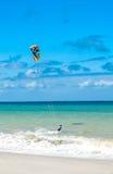 Fondo activo del deporte de la forma de vida Persona que practica surf de la cometa cerca de la costa del océano Foto de archivo