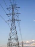 Fondo ad alta tensione del cielo della torre della posta ad alta tensione Fotografia Stock