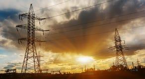 Fondo ad alta tensione del cielo della torre della posta ad alta tensione Fotografie Stock Libere da Diritti