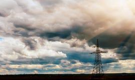 Fondo ad alta tensione del cielo della torre della posta ad alta tensione Immagine Stock
