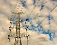 Fondo ad alta tensione del cielo della torre nel giorno nuvoloso Fotografie Stock Libere da Diritti