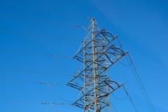 Fondo ad alta tensione del cielo della torre della posta ad alta tensione Fotografie Stock