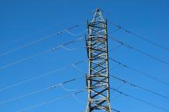 Fondo ad alta tensione del cielo della torre della posta ad alta tensione Immagini Stock