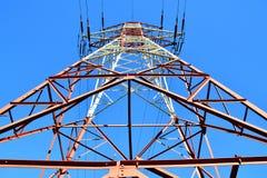 Fondo ad alta tensione del cielo e della torre. Fotografie Stock
