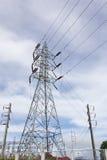 Fondo ad alta tensione del cielo nuvoloso della torre di postHigh-tensione Fotografie Stock