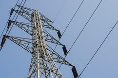 Fondo ad alta tensione elettrico del cielo blu della torre di postHigh-tensione Fotografia Stock Libera da Diritti