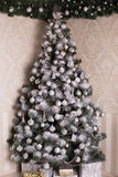 Fondo adornado del árbol de plata de la Navidad Fotografía de archivo libre de regalías