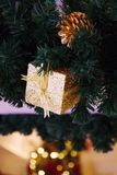 Fondo adornado hermoso del árbol de navidad con el cono del pino y Fotografía de archivo