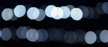 Fondo agradable con el bokeh coloreado de la luz de las guirnaldas imagenes de archivo