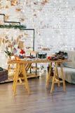 Fondo Albero di abete, cono decorativo Spazio di messaggio per il Natale ed il nuovo anno Dolci e regali per le feste Caramelle c fotografia stock
