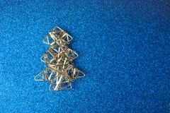 Fondo allegro brillante blu felice di Natale festivo del nuovo anno con un albero di Natale casalingo d'argento del piccolo del g immagini stock libere da diritti