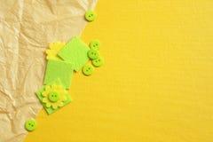 Fondo amarillo con el papel arrugado, los botones verdes y los cuadrados Imagen de archivo libre de regalías
