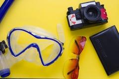 Fondo amarillo con los artículos de la playa Fotografía de archivo libre de regalías
