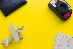 Fondo amarillo con los artículos que viajan Foto de archivo libre de regalías