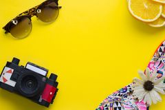 Fondo amarillo con los artículos que viajan Fotos de archivo libres de regalías