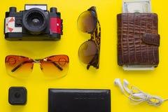 Fondo amarillo con los artículos que viajan Imagenes de archivo