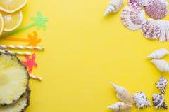 Fondo amarillo con los artículos que viajan Imagen de archivo libre de regalías