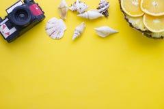 Fondo amarillo con los artículos que viajan Imágenes de archivo libres de regalías