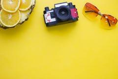 Fondo amarillo con los artículos que viajan Foto de archivo