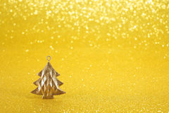 Fondo amarillo de Año Nuevo con el árbol de navidad decorativo Imagen de archivo