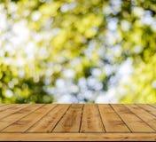 Fondo amarillo de la luz del extracto del bokeh, mucho bokeh del bosque con el piso de madera Fotos de archivo libres de regalías