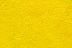 Fondo amarillo en la pared del cemento Fotos de archivo libres de regalías