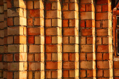 Fondo amarillo y rojo de la pared de ladrillo Imagenes de archivo