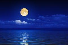 fondo ancho de la noche de la luna del horizonte de las olas oceánicas ilustración del vector